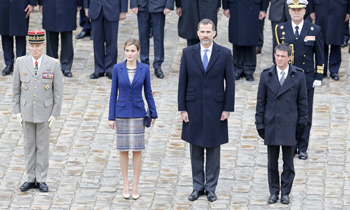 Los Reyes regresan a España tras asistir al gabinete de crisis del accidente aéreo en Francia