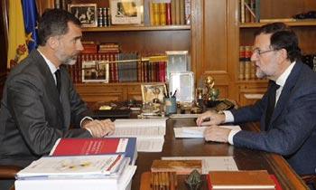 El rey Felipe se reúne con Mariano Rajoy para examinar los últimos datos sobre el trágico accidente aéreo