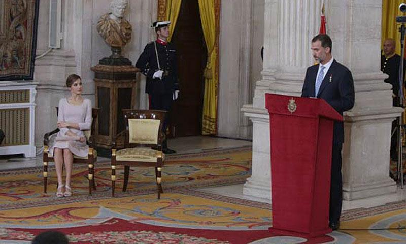 Los Reyes ceden el protagonismo y los aplausos a españoles anónimos en el primer aniversario de su proclamación