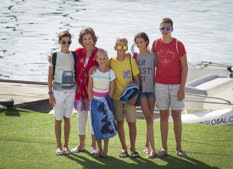 Doña Sofía ya está en Palma con sus nietos, a los que se podrían unir los Reyes y sus hijas la semana que viene
