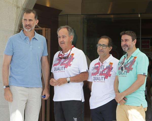 El Rey acude al club Náutico sin la Reina, que ya se encuentra en Mallorca