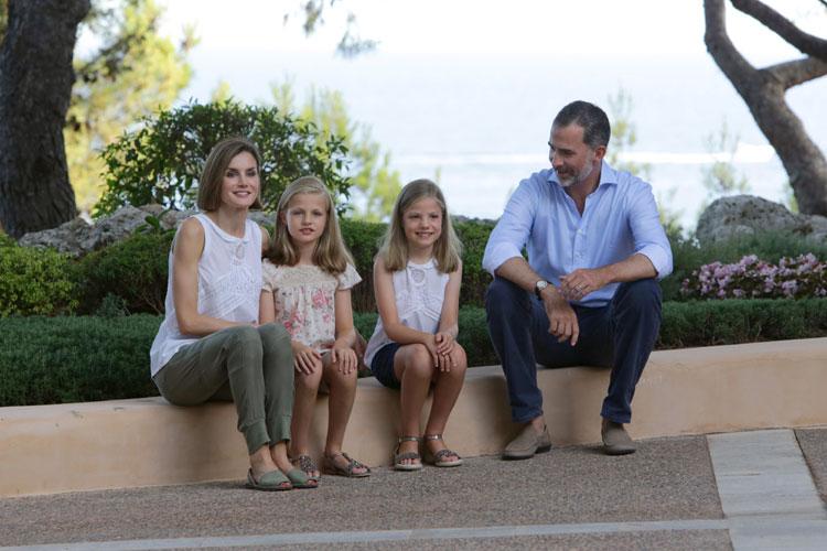Los Reyes inauguran sus vacaciones en Mallorca con el tradicional posado familiar