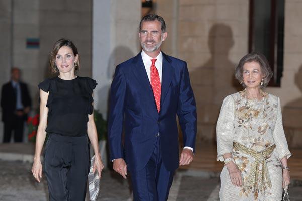 Los reyes Felipe y Letizia, junto a doña Sofía, reciben a una amplia representación de la sociedad balear