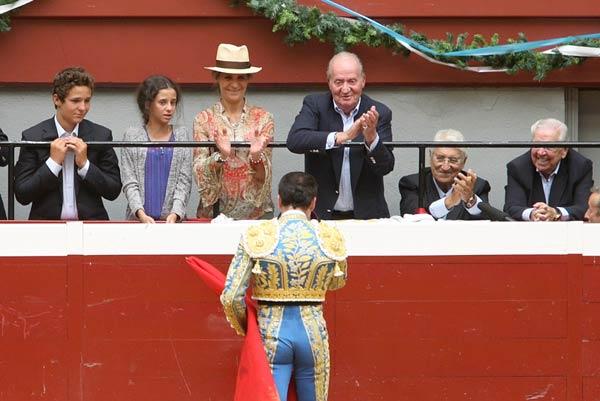 'Oles' al rey Juan Carlos por su apoyo a la fiesta nacional en el regreso de los toros a San Sebastián
