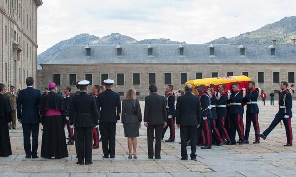 Los reyes Juan Carlos y Sofía asisten a la capilla ardiente de Carlos de Borbón-Dos Sicilias en El Escorial