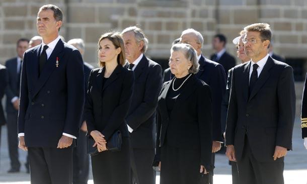Los cuatro Reyes y las infantas Elena y Cristina dan su último adiós a Carlos de Borbón-Dos Sicilias con honores reales