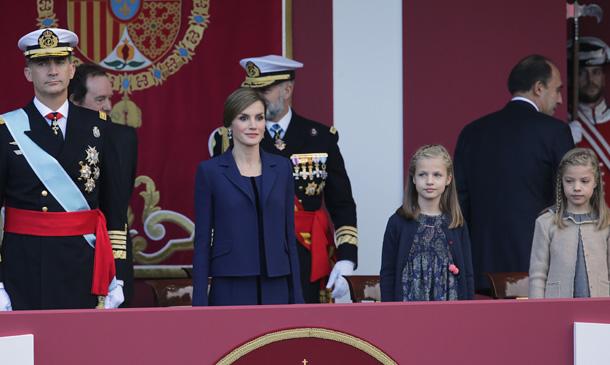 Los Reyes presiden el desfile de la Fiesta Nacional junto a sus hijas