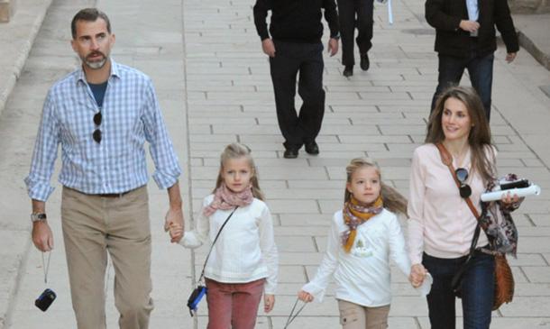 El tranquilo fin de semana de los Reyes y sus hijas en Madrid