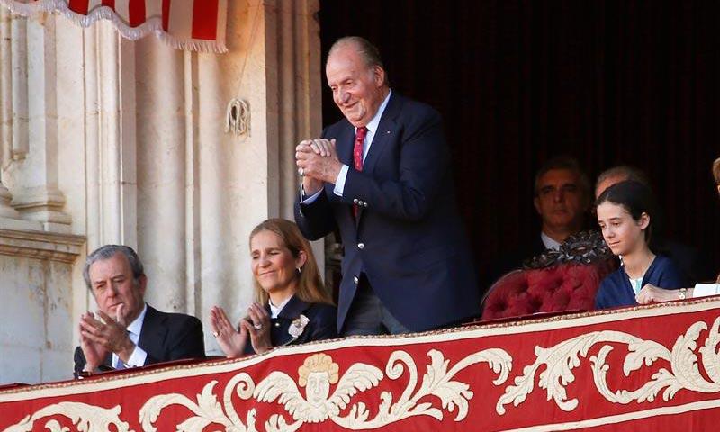 La divertida tarde de toros del rey Juan Carlos con su hija Elena y su nieta