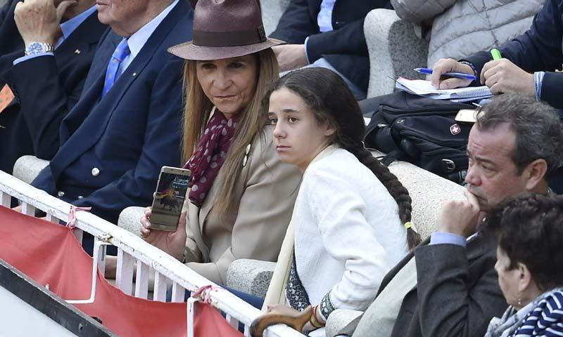 El rey Juan Carlos disfruta de una jornada taurina con su hija, la infanta Elena, y su nieta