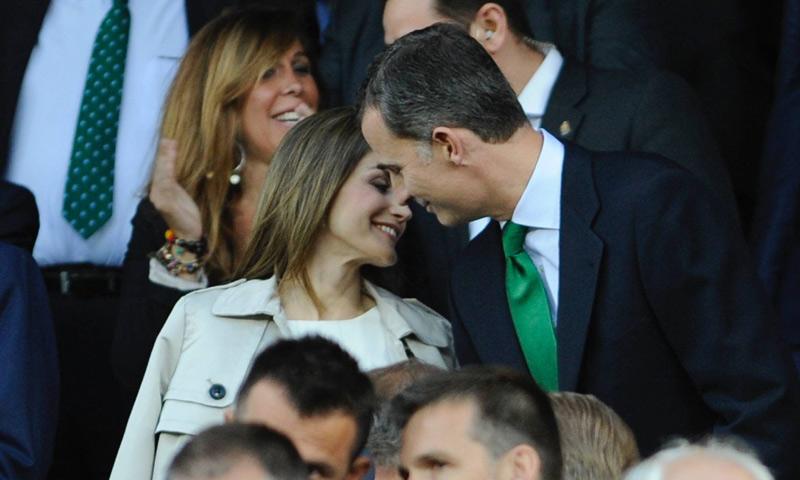 Los reyes Felipe y Letizia celebran su aniversario en el fútbol