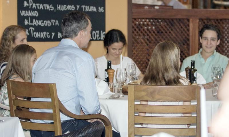 La Familia Real al completo con la infanta Elena y sus hijos, de cena en Mallorca