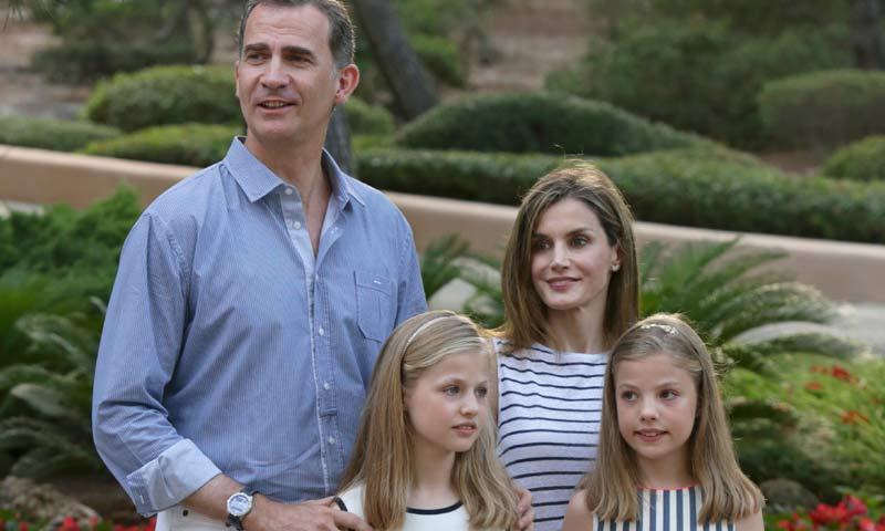 Los Reyes y sus hijas posan un verano más en el palacio de Marivent
