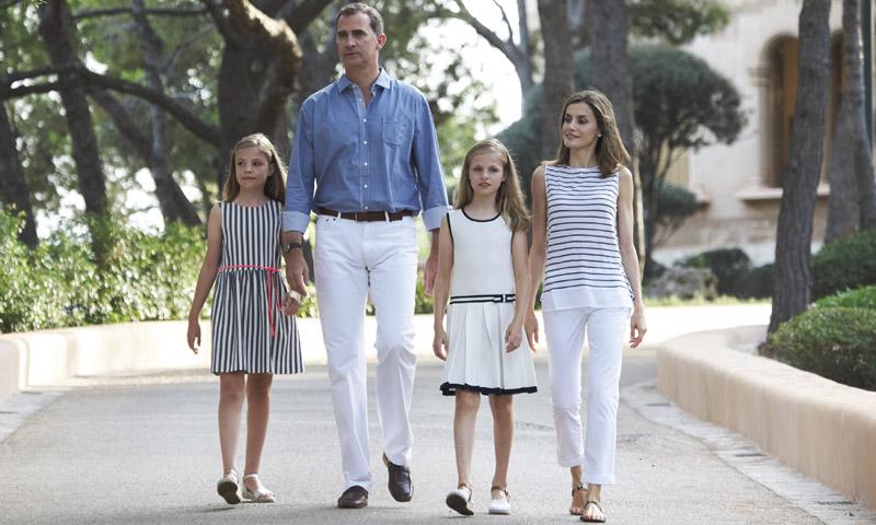 En vídeo: Complicidad, sonrisas, saludos… Todos los detalles del tradicional posado de la Familia Real