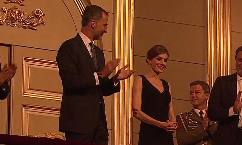 En vídeo: La reacción de sorpresa de la Reina al escuchar el 'cumpleaños feliz' en el Teatro Real