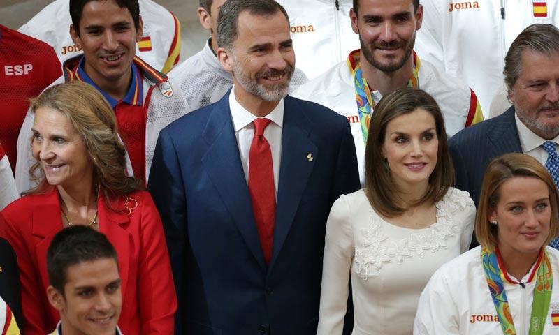 """Los Reyes, acompañados por la infanta Elena, dan su aplauso a los olímpicos por saber luchar """"hombro con hombro"""" por España"""