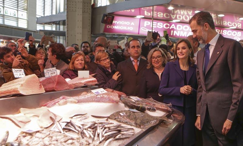 Los kilos de simpatía de los Reyes con los valencianos en su visita al Mercado Central