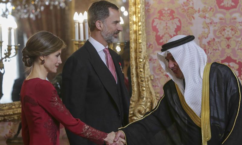 La Reina recupera otro de sus vestidos 'diplomáticos' y estrena pendientes 'low cost'