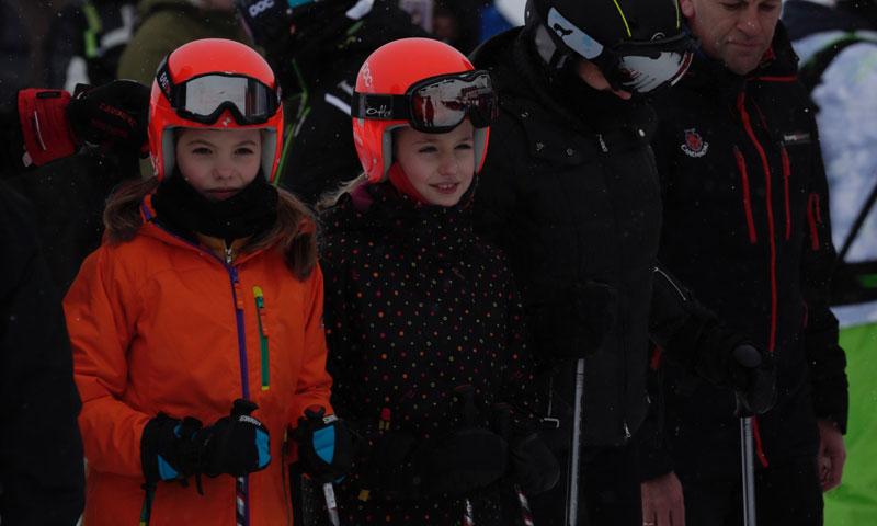 Los reyes Felipe y Letizia posan por primera vez esquiando con la princesa Leonor y la infanta Sofía