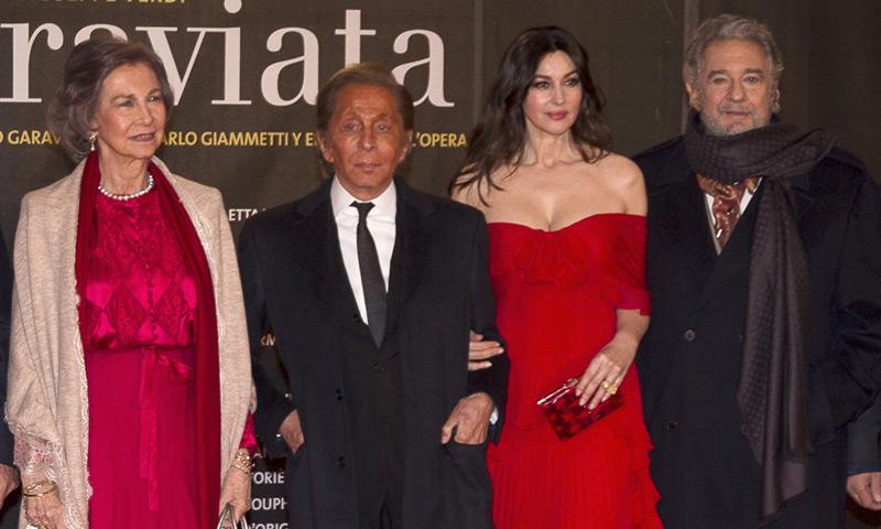 La reina Sofía coincide con Monica Bellucci, Valentino, Alfonso de Borbón y Margarita Vargas en una noche estrellada en la ópera