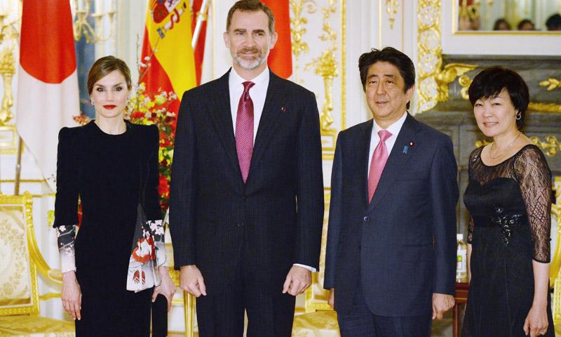 Diario de viaje: doña Letizia estrena su 'look' más japonés en el encuentro con el Primer Ministro