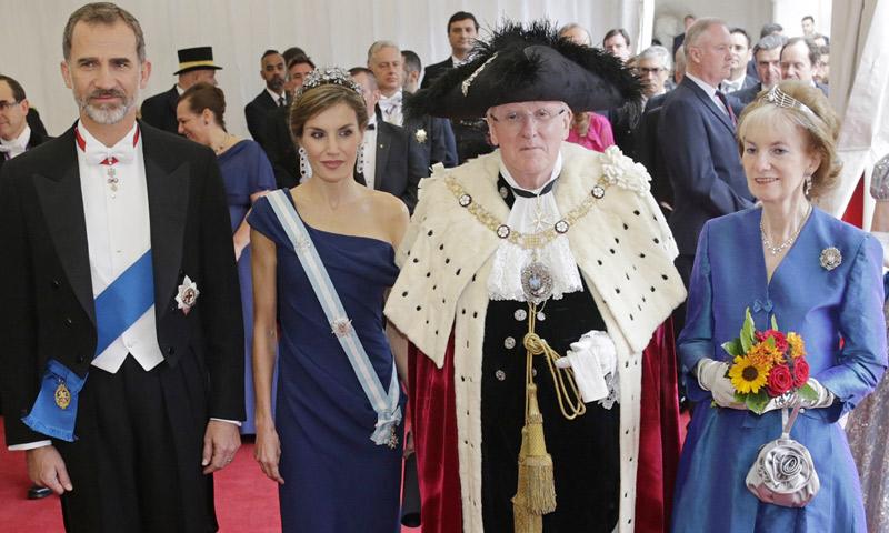 Claveles y banderas españolas en el corazón de la 'City' londinense en honor a los Reyes