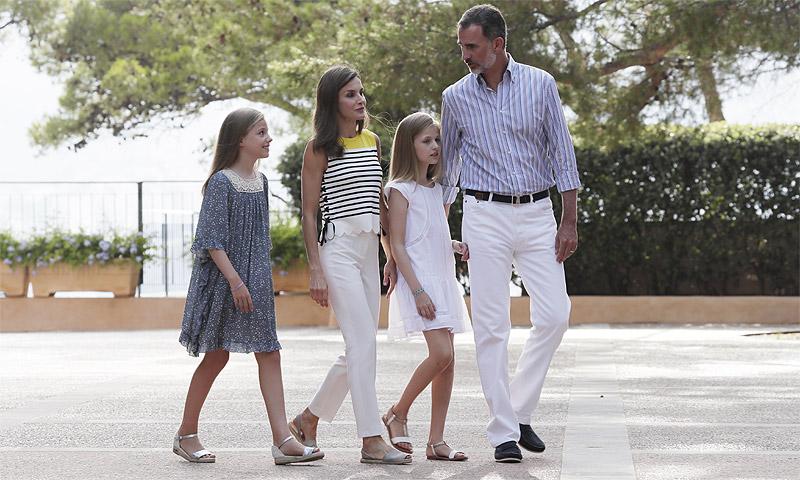Los Reyes y sus hijas inauguran el verano con el tradicional posado en el Palacio de Marivent