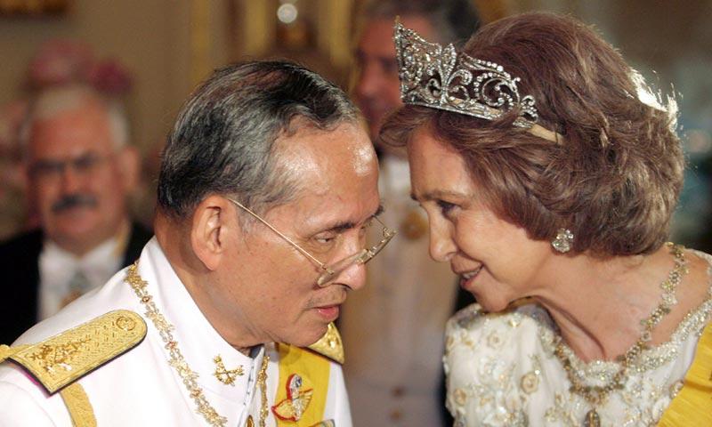 La reina Sofía, Máxima de Holanda y Matilde de Bélgica darán su último adiós al rey Bhumibol de Tailandia en un funeral fastuoso