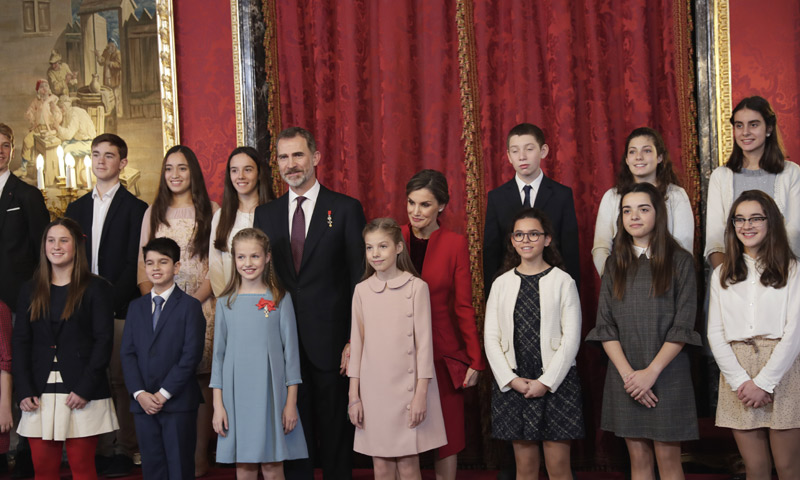 Fotogalería: la generación de Leonor entra en palacio y comparte con ella su gran día