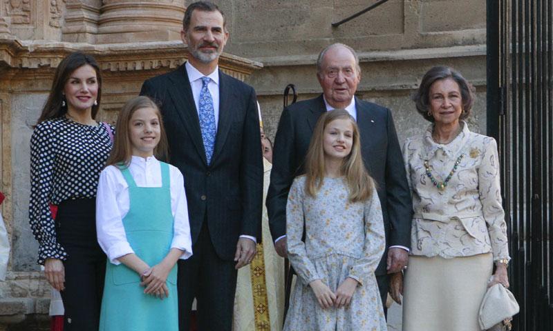 Don Juan Carlos y doña Sofía acompañan a los Reyes y a sus hijas en la tradicional Misa de Pascua