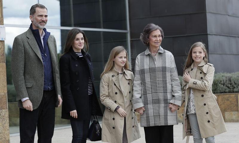 La princesa Leonor y la infanta Sofía visitan, con los Reyes y de la mano de su abuela, a don Juan Carlos