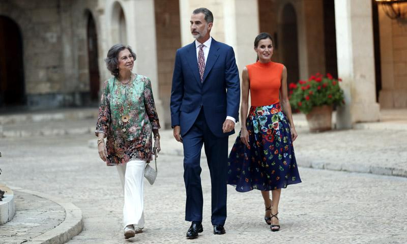 Los reyes Felipe y Letizia, acompañados por la reina Sofía, reciben a la sociedad balear en el Palacio de la Almudaina
