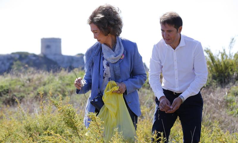 ¡Manos a la obra! La reina Sofía recoge basura en las playas de Menorca