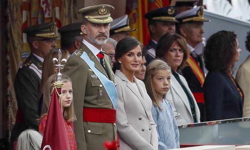 Los Reyes presiden el desfile de la Fiesta Nacional, antes de viajar a Mallorca para visitar las zonas afectadas por la riada