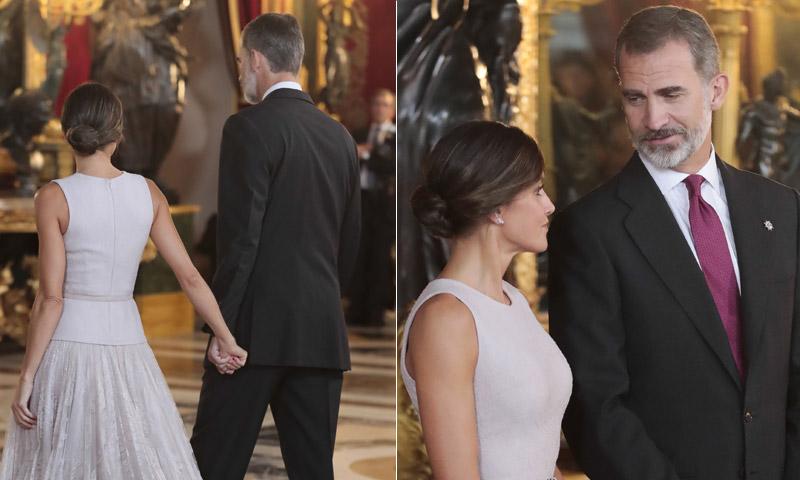 Las miradas y gestos de cariño de los Reyes antes de la 'accidentada' recepción