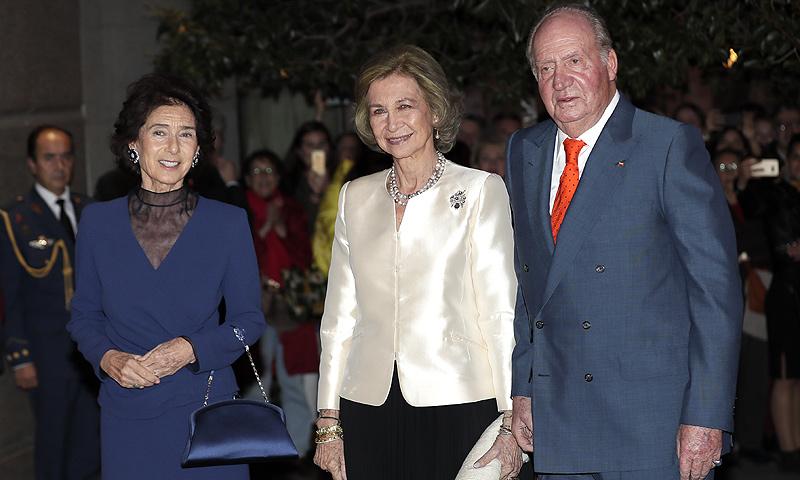 La reina Sofía, acompañada del rey Juan Carlos, asiste al concierto celebrado en su honor