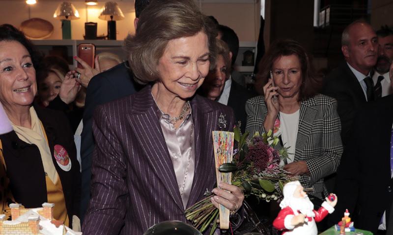 La reina Sofía cumple con la tradición y hace sus compras navideñas en el rastrillo Nuevo Futuro