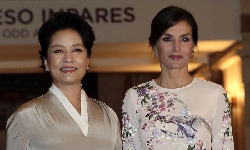 La significativa visita de doña Letizia y Peng Liyuan al Teatro Real