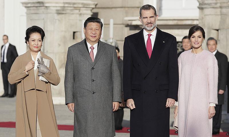 Los Reyes reciben al presidente chino y a su esposa con honores en el Palacio Real