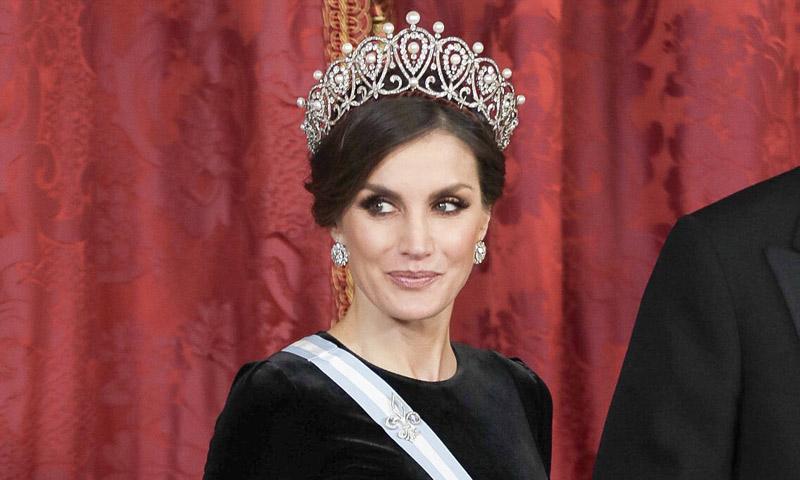 Doña Letizia estrena la espectacular tiara rusa, la última que le quedaba por llevar de las joyas de pasar