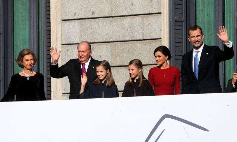 Los Reyes y sus hijas con Don Juan Carlos y Doña Sofía, juntos en el homenaje a la Constitución