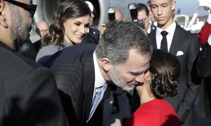 Los Reyes reciben una calurosa bienvenida de Mohamed VI y toda su familia a su llegada a Rabat