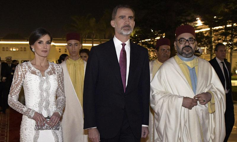 El momento en el que doña Letizia lució con gran elegancia la capa de Mohamed VI