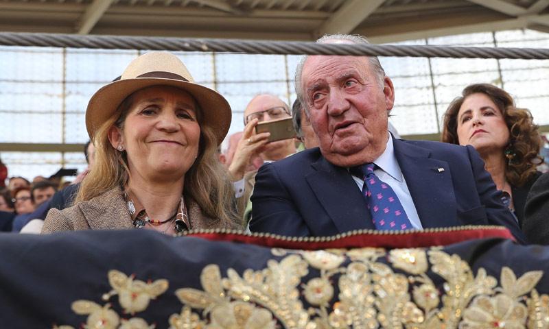 ¡Por la puerta grande! Así ha reaparecido el rey Juan Carlos en los toros junto a la infanta Elena