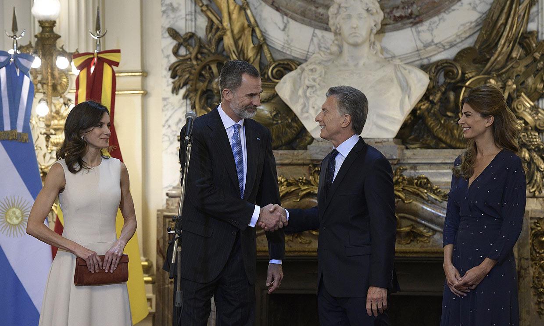 Los Reyes arrancan su visita a Argentina con una cálida bienvenida de Mauricio Macri y Juliana Awada