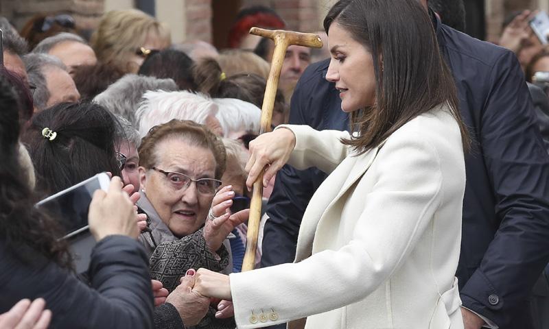 Doña Letizia, todo atenciones: se vuelca con los ciudadanos burgaleses de Lerma