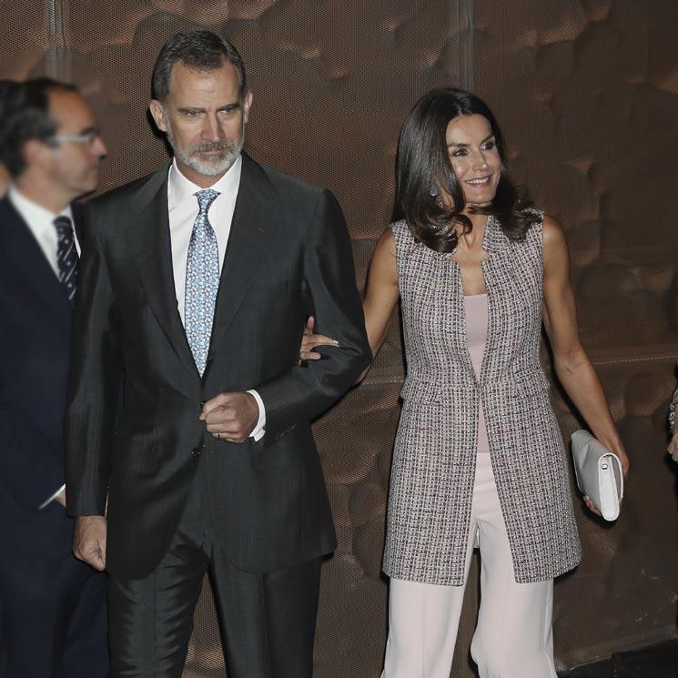 Los Reyes presiden su primer acto tras el anuncio de don Juan Carlos