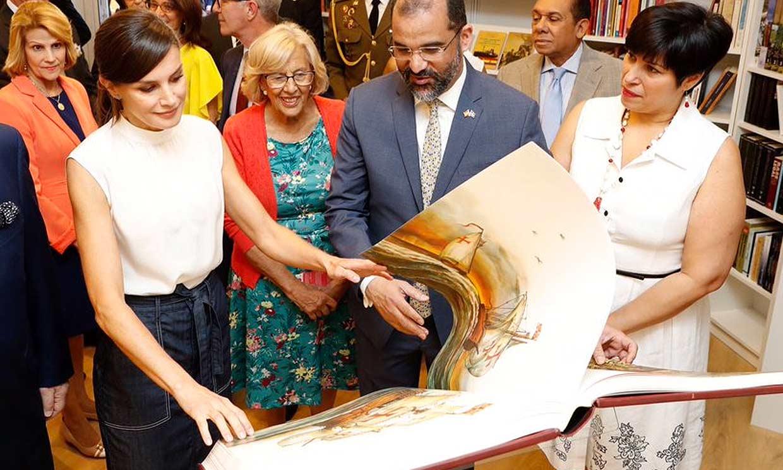 Una colección para sus hijas y obras escritas por mujeres, las compras de la Reina en la Feria del Libro