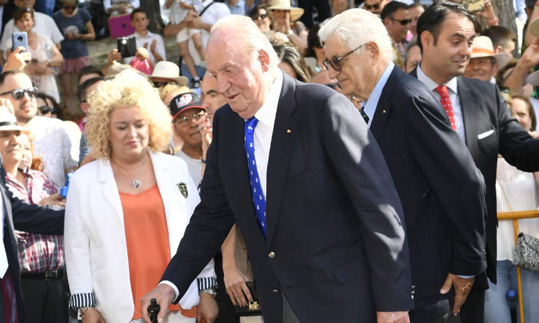 Aplausos y gritos de 'viva el Rey': don Juan Carlos recibe el cariño de la gente en su despedida