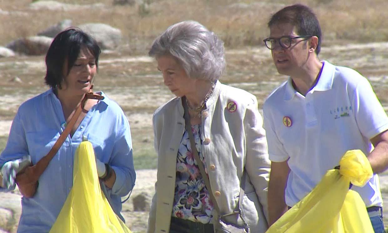 La reina Sofía ayuda a recoger basura en un embalse madrileño